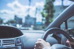 高齢ドライバー「歩行者や信号の見落としが不安」80代で3割に