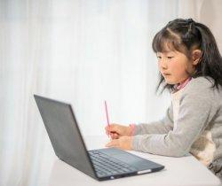 オンライン授業を受ける子どもの写真