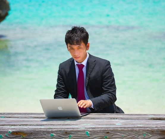 リゾートで働くエンジニアの画像