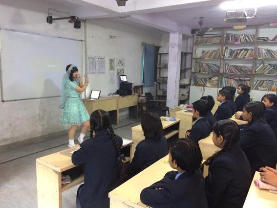 インドでの学校でアイドルを伝えたことは今の仕事にもつながっている。(提供写真)